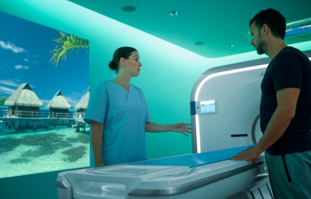 Doktorka objašnjava pacijentu kako funkcioniše CT skener