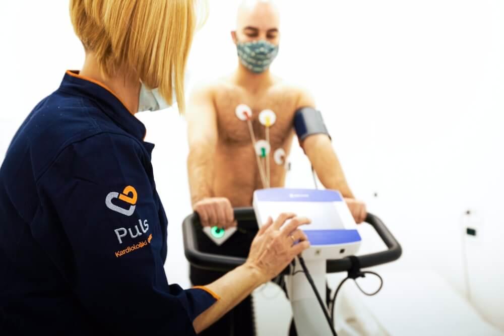 Sprovođenje ergometrijskog testa nad pacijentom dok vozi bicikl