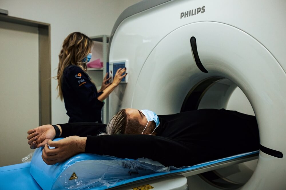 Medicinska sestra i pacijent neposredno pre snimanja CT skenerom