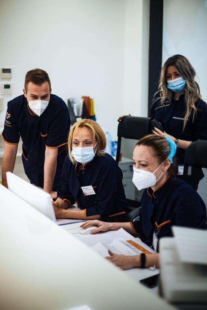 Doktori gledaju rezultate pacijenta