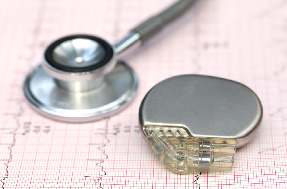 Stetoskop i pejsmejker na ehokardiogramu