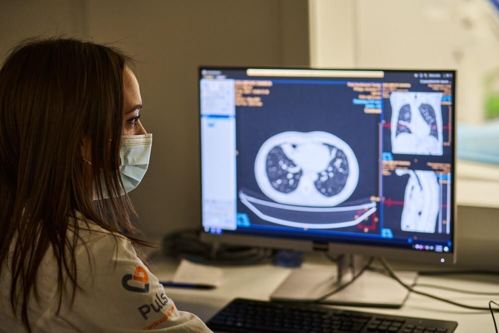 Doktorga pregleda snimak pluća na monitoru kompjutera