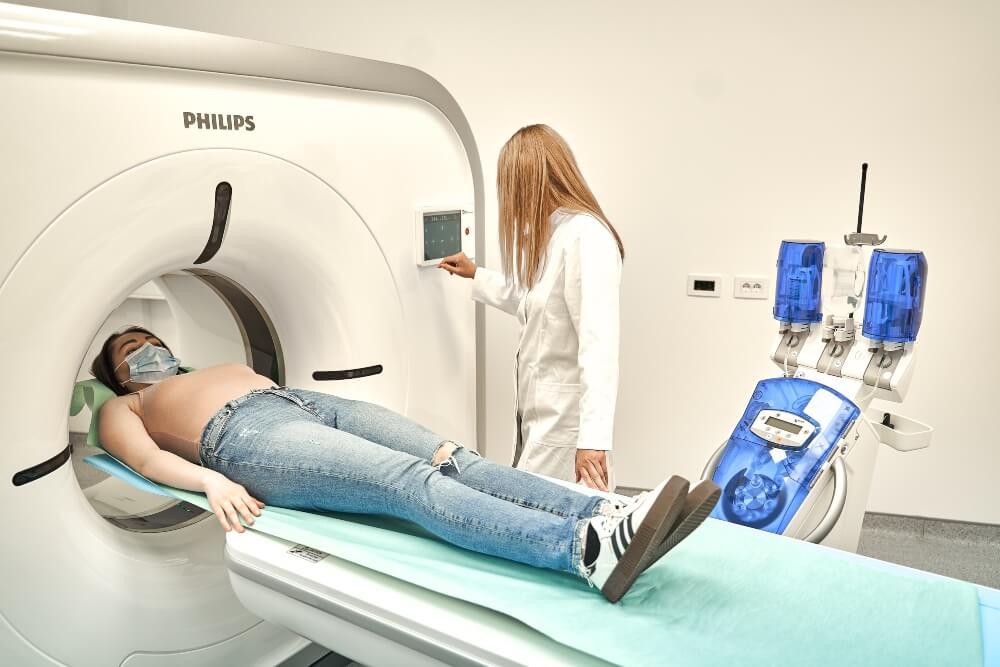 Pacijentkinja se sprema za snimanje CT skenerom