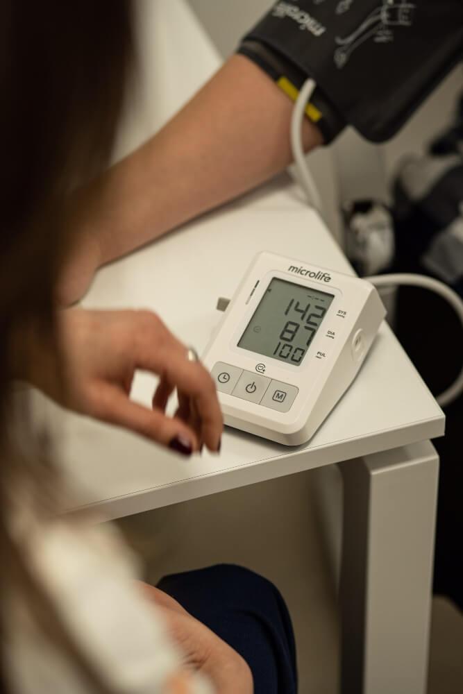 Doktor meri krvni pritisak pacijentu