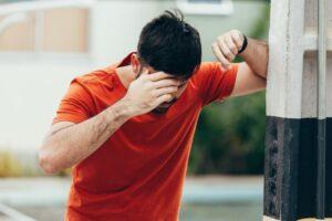 Čovek sa napadom vrtoglavice dok šeta ulicom