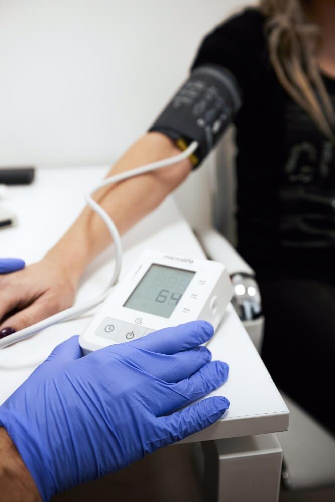 Doktor meri krvni pritisak pacijentkinji