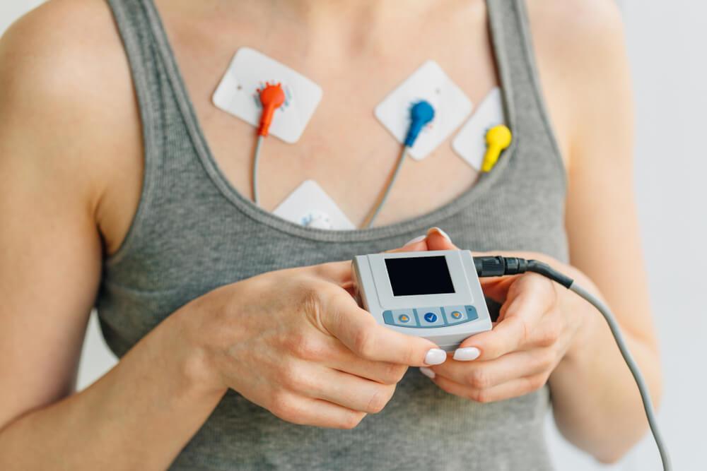 Žena nosi holter EKG uređaj radi dnevnog praćenja elektrokardiograma