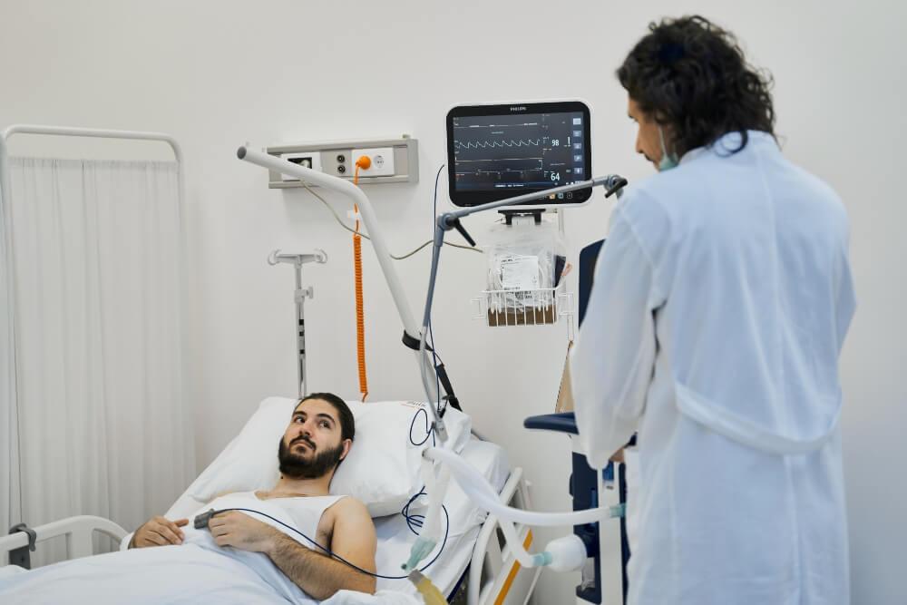 Doktor obilazi pacijenta koli leži u krevetu u Kardiološkom centru Puls