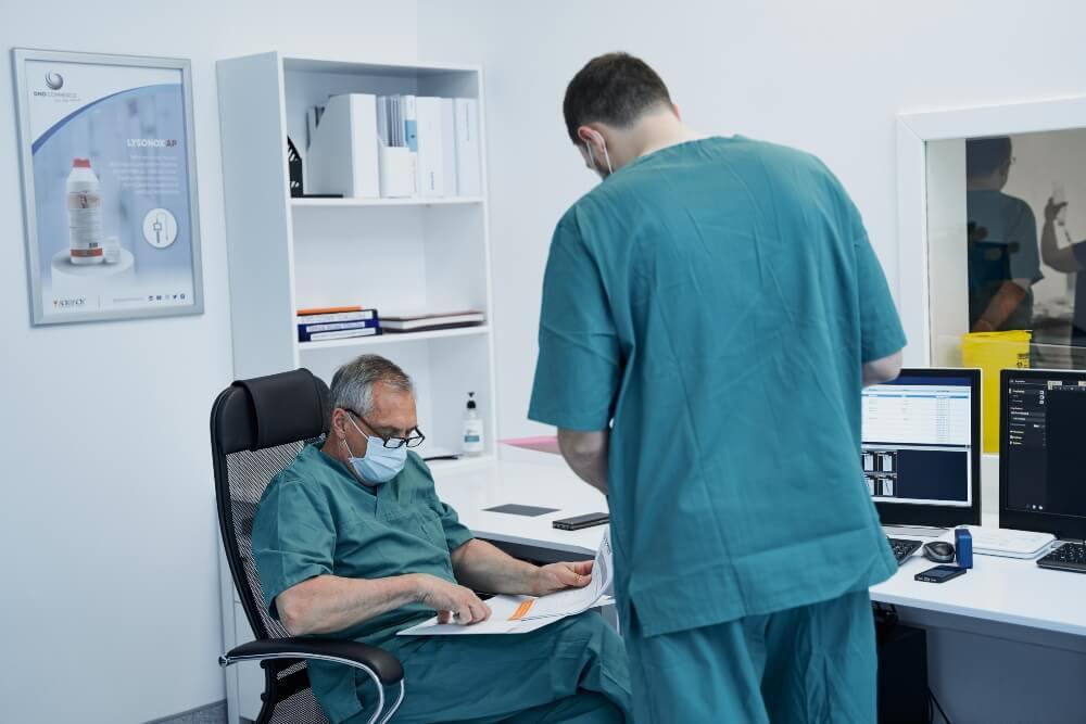 Doktor pregleda rezultate pacijenta