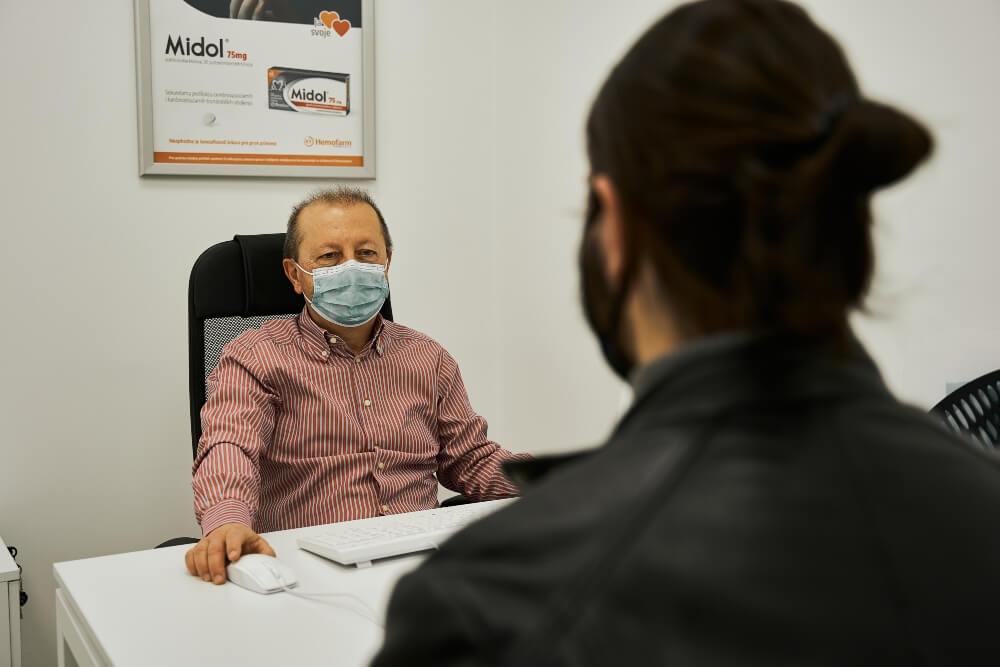 Pacijent razgovara sa doktorom u ordinaciji