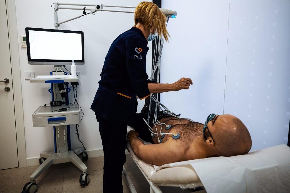 Medicinska sestra priprema pacijenta sa ubrzanim radom srca za detaljni pregled
