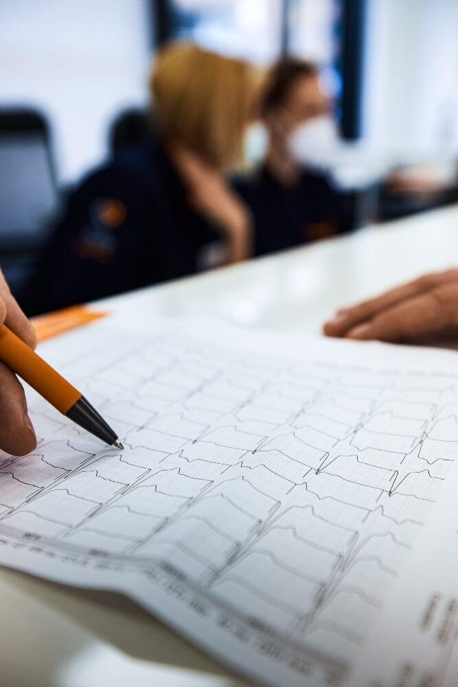 Lekar objašnjava pacijentu nalaz gde je prikazan ubrzan rad srca