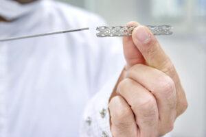 Doktor drži stent u ruci