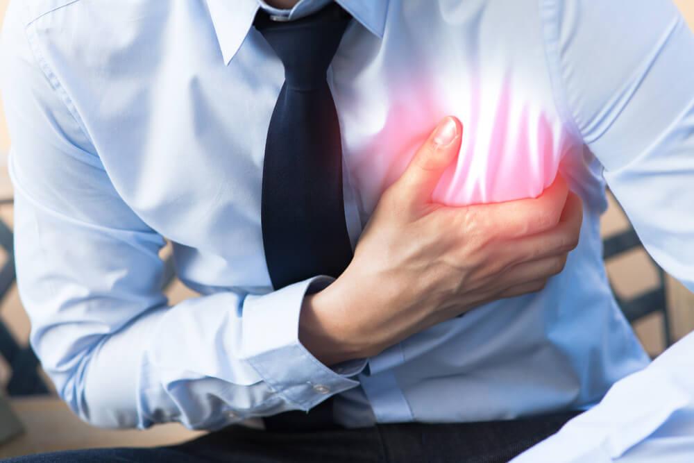 Čovek se drži za grudi zbog bolova u predelu srca