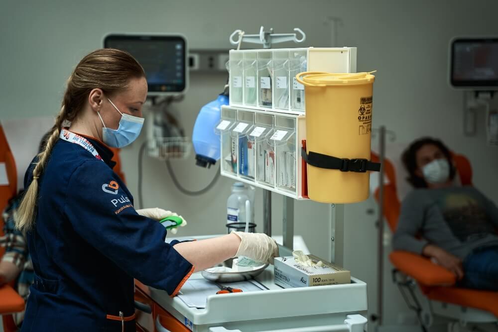 Medicinska sestra se priprema za vađenje krvi pacijenata