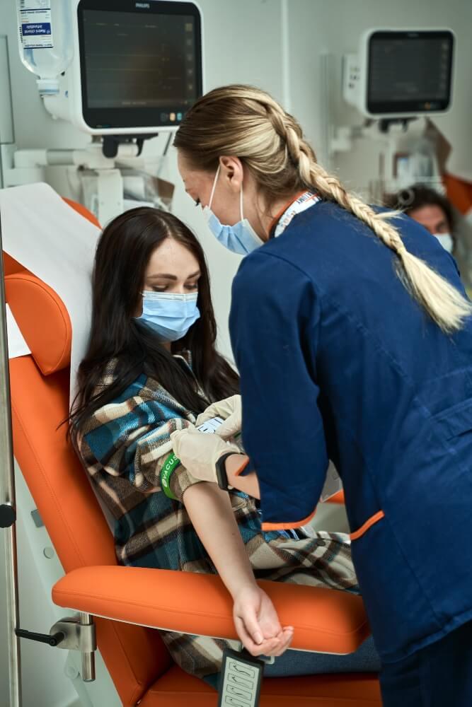 Medicinska sestra priprema pacijentkinju za vađenje krvi